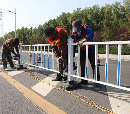 道路护栏施工安装